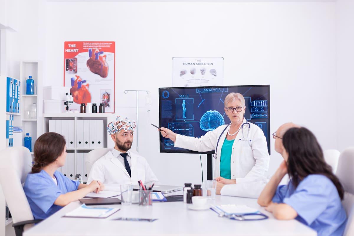 Lekarze rozmawiają o uszkodzeniach mózgu po alkoholu
